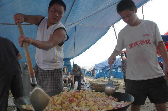图文:重庆厨师在安县雎水镇救助站为群众炒菜