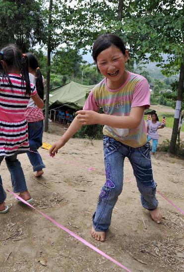 图文:安县晓坝镇中心小学学生课余时间跳皮筋