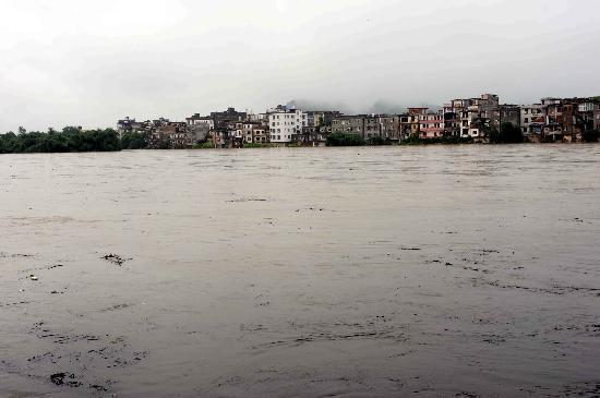 图文:桂林漓江水位逼近警戒线