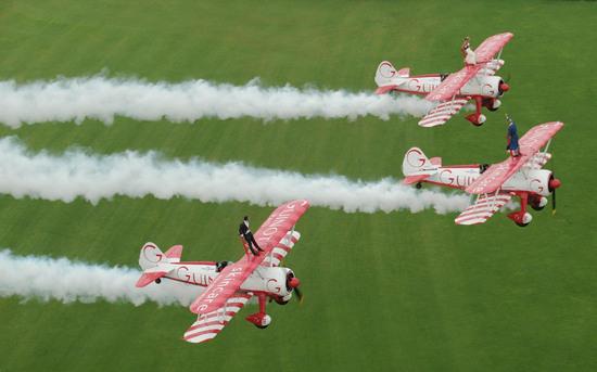 组图:英国新郎新娘站立在飞机上举行空中婚礼