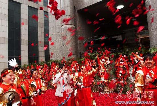 酒店开业用二十万朵玫瑰花瓣铺路(组图)