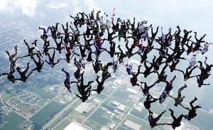 108人在5千米高空头朝下跳伞创世界纪录(图)