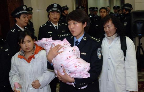 女子打胎后假扮护士偷婴骗男友女婴回父母身边