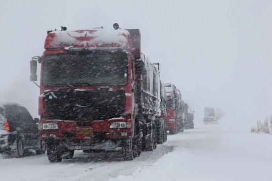 图文:车辆在阿勒泰地区富蕴县路段受阻