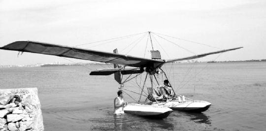 杜红卫自制的飞机,在汤逊湖滑行了两圈. 记者 邓辉 摄