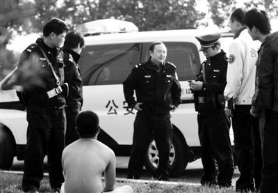 裸男街头挥舞木棍拒绝民警救助