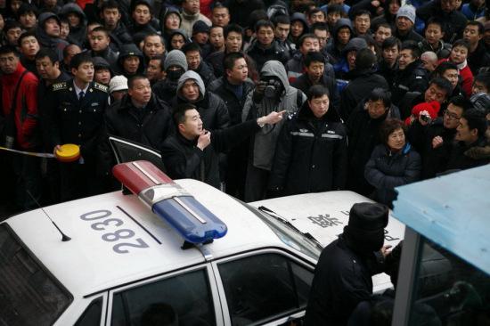 警方现场组织劝服和疏导