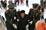 图文:武警战士在火车站搀扶行动不便的老人