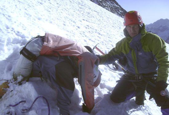 中俄搜救队在四姑娘山找到两名俄罗斯登山遇难者。新华社发 刘峰 摄