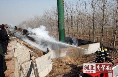 消防队员扑灭运炮货车的火
