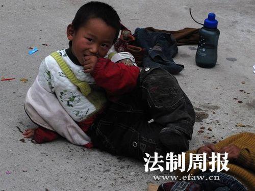 网友拍到的杨伟鑫,正在街头乞讨。 (图片来源:法制周报)
