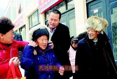 富豪春节连跑7省专门拜望烈士父母(组图)