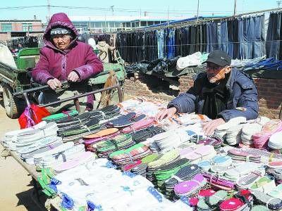 蒋庆泉和老伴儿在集上卖鞋垫