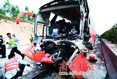 车祸的惨烈,从旅游大巴残缺不全的车头中完全显现。南方都市报记者 陈平生 摄