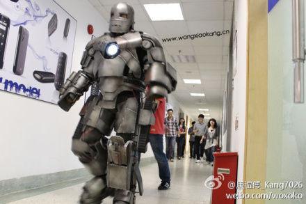 山东小伙王康身着钢铁侠套装出现在其供职的公司,雷到同事,大受网友热捧。网友供图
