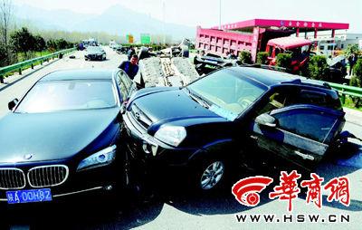 车祸现场,迎亲车队的车辆被撞得七零八落本报记者赵雄韬摄