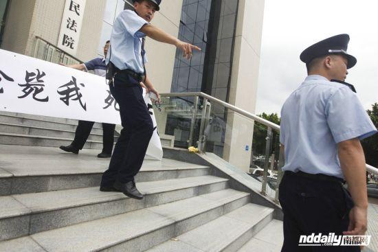 月26日,梁伟新来到罗湖区人民表达诉求,称请求法院枪毙自己,让他好过一点。