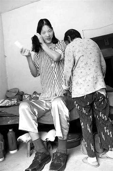 姚德芬病后,一直由年迈的母亲照顾她。(本报资料图片)