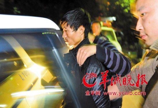昨晚10时40分,曹再发被湖南警方带走 羊城晚报记者 黄巍俊 摄 来源:羊城晚报