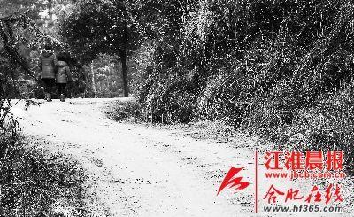 2月21日,妈妈带着小雪离开了村子。  晨报记者 高博 摄
