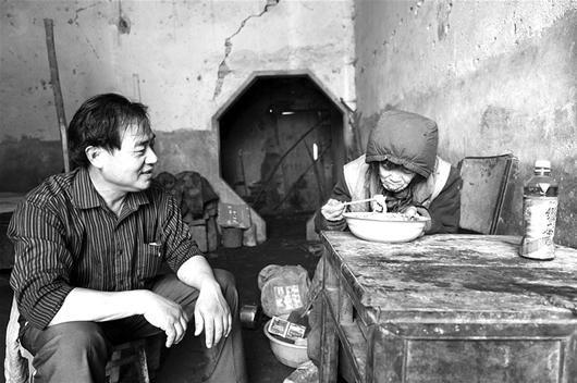 新洲一村支书义养女乞丐18年