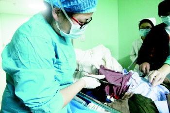 金保星被送到医院时,衣服被血浸透,医生将他的血衣剪开。  本报记者 高祥 摄