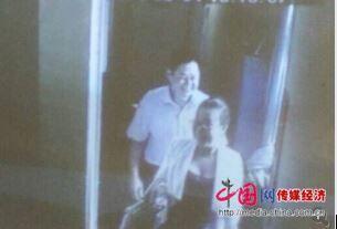 网友手机拍到李建林与该女子离开宾馆时图片