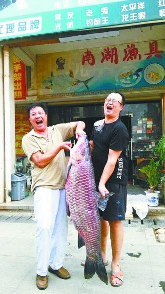 男子半夜钓上60多斤大鱼被其拖跑2小时