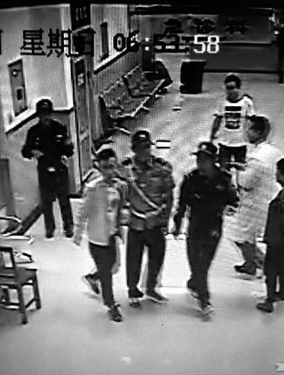 肇事者特征 法拉利跑车驾驶员为男性,20-30岁,身高1.7米左右,短发,偏瘦,在医院时着灰白色上衣外套,深色裤子视频截图