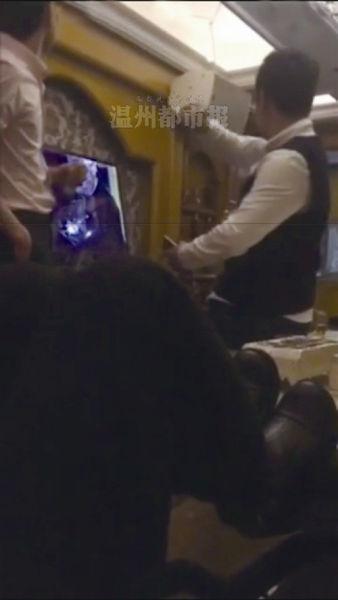 两名年轻男子用酒瓶、酒杯砸包厢内的彩电