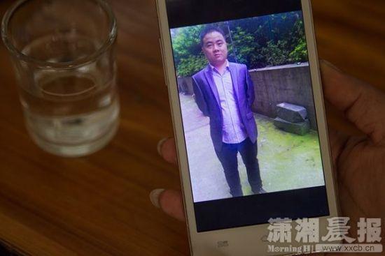 12月24日,暮云派出所附近,死者妻子手机中王庆的生前照片。图/潇湘晨报实习记者张迪
