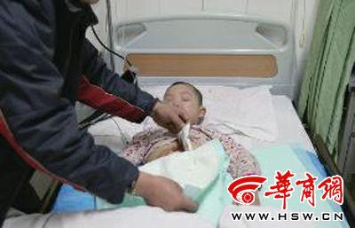 童童(假名)的腹部有显着的刀伤,伤口有2公分长 华商报记者 蔡勇 摄