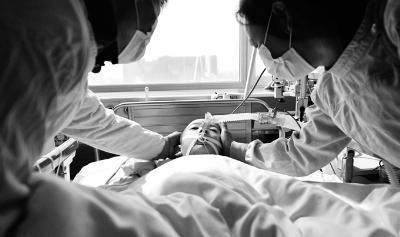 上午11时许,爸爸妈妈在手术前再看孩儿末了一眼 摄/法制晚报记者 郭谦