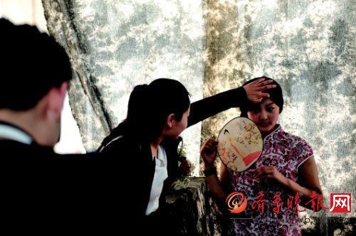 16岁的刁姿静(右一)左腿将截肢,为留住身材彻底时的影象,穿旗袍拍写真。本报记者 张中 摄