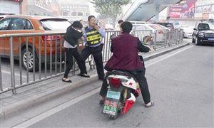 女子自解衣扣污蔑交警非礼 据《温州商报》