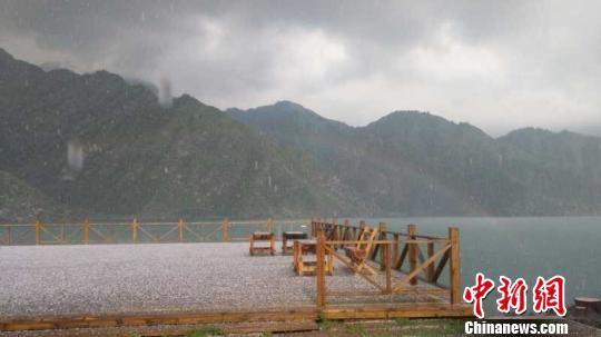 12日下午18时25分左右,新疆天山天池景区突降冰雹,冰雹持续约10多分钟,冰雹过后天池湖面现靓丽彩虹。 魏慧茹 摄