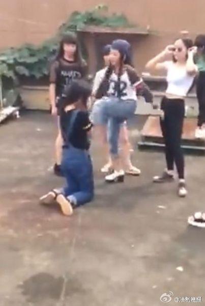 穿牛仔裤的女生跪地被打