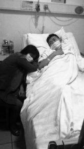 男生在病床上