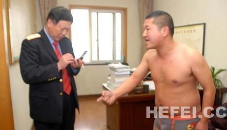 裸奔男子陈伟伟在副站长室抗议