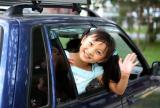 图文:林妙可从车窗向镜头招手