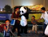 图文:鸟巢前青年扮成熊猫供游人拍照