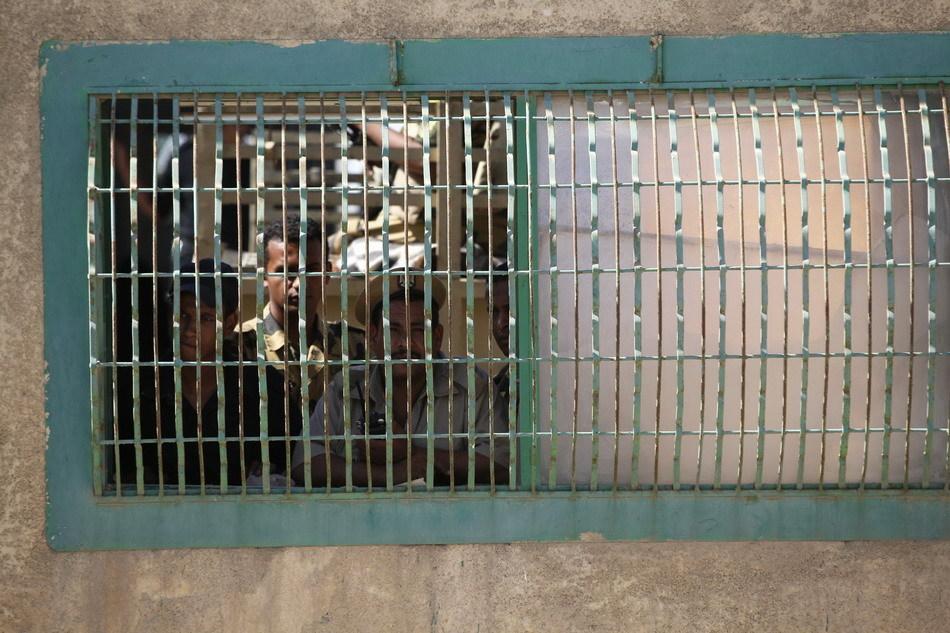 埃及首都开罗警察学院警察向外张望