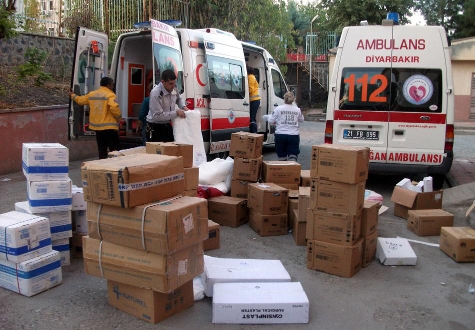 工作人员正在调集救援物资