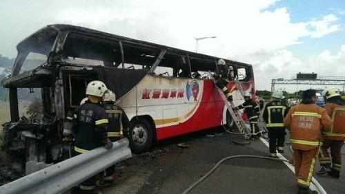台游览车起火目击者:有乘客用力拍窗但无人逃出