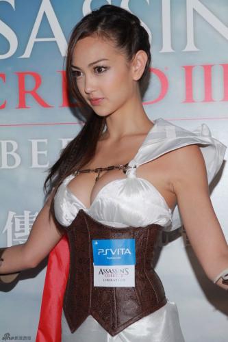 香港嫩模玩COSPLAY 低胸装疑似走光