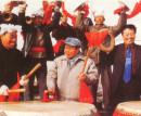 与安塞县委书记冯毅及安塞腰鼓队击鼓同乐