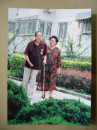 傅小石夫妇小区内散步