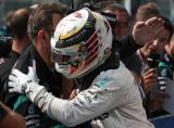 图文-F1比利时站正赛 汉密尔顿与车队庆祝