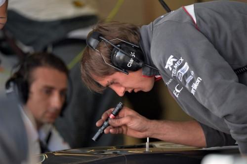 图文-F1新秀试车次日(7月18) 索伯工程师查看鼻锥