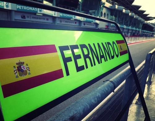 图文-F1马来站第1次练习赛 迈凯轮的指示牌